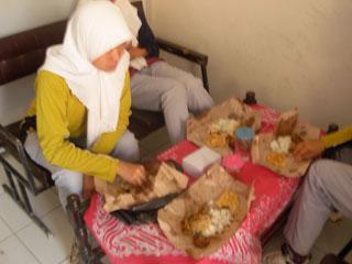 Gb.Pengurus IPM Putri menikmati makan siang dengan nasi bungkus