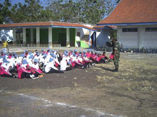 Gb.Santai bersama bapak TNI setelah latihan PBB