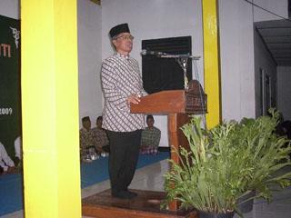 Gb.bp.Drs Haji Zamari memberikan Tausyah kepada jama'ah
