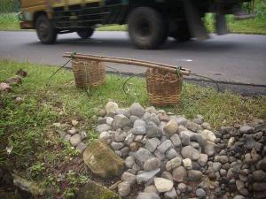 Gb. Alat untuk mengangkut batu dari kali dan tumpukan batu yang siap untuk dipeceh-peceh