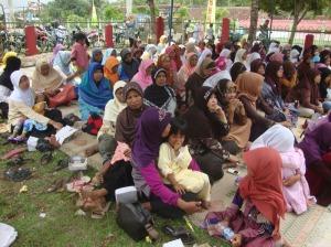 Gb.Jama'ah ibu-ibu di luar masjid