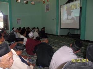 Jama'ah di dalam masjid dibantu dengan LCD dan layar lebar