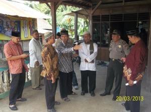 Gb. Dari Kir: Camat Purwosari, Ustazd WR Lasiman Kapolsek Purwosari sedang beramah tamah usai tabligh akbar