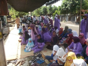 Gb.Jama'ah ibu-ibu di luar halaman masjid Baiturrahman