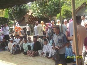 Gb.Jama'ah bapak-bapak di luar masjid
