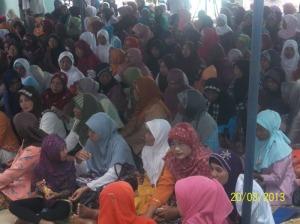 Gb.Jama'ah ibu-ibu di halaman masjid