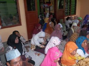 Gb. Sebagian jama'ah ibu-ibu di serambi masjid