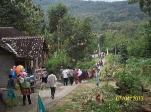 Selesai pengajian jama'ah turun bukit kembali ke rumah masing-masing