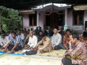 Gb. Sebagian jama'ah bapak-bapak di luar masjid