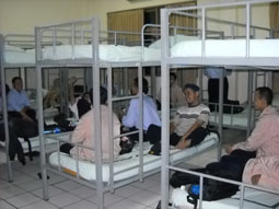Gb. Tempat tidur di dalam asrama