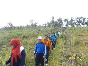 Gb. Barisan peserta antri menyeberangi sungai di sebelah timur goa Rancang