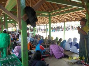 Para peserta menikmati campursari dari para peserta lomba mocopat