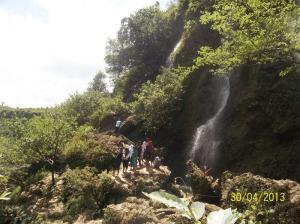 Bermain air di bawah air terjun Sri Gethuk
