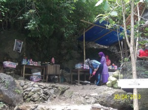Gb. Penjual makanan dan minuman di bawah air terjun Sri Gethuk
