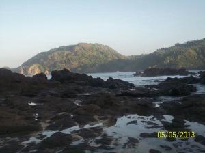 Gb. Hamparan bebatuan  dip pinggir pantai sebelah timur