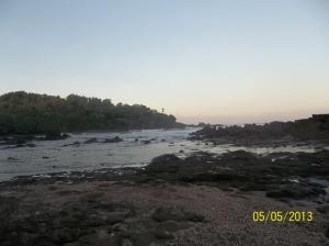 Gb. Bebatuan di pinggir pantai sebelah Timur