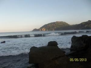 Gb. Ombak laut yang bisa kita lihat dari batu-batu yang ada di pinggir pantai