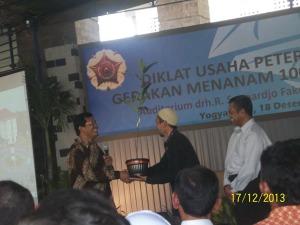 Gb.Penyerahan bibit nangka oleh dekan Fakultas Peternakan kepada salah satu peserta