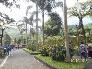 Gb. Taman setelah pintu masuk