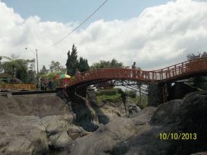 Gb. Jembatan penyeberangan 1 di atas sungai