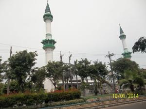 Gb. Dua Menara tinggi yang menjulan dari halaman masjid