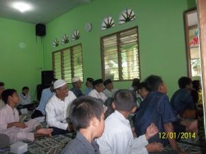 Gb. Jama'ah bapak-bapak di dalam masjid