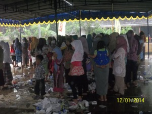 Gb. Jama'ah ibu-ibu di bawah tenda menunggu hujan reda