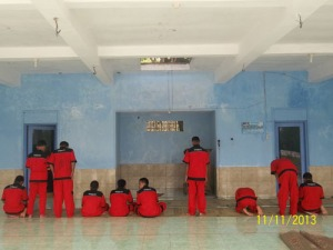Gb. Para siswa SMK melaksanakan sholat Dhuha sebelum praktek