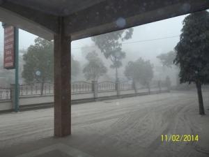 Gb. Salah satu pemandangan dari dalam gedung sewaktu hujan abu