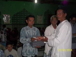 Gb. Mas Yanto menyerahkan bantuan untuk muallaf di masjid Al-barokhah dusun sumber