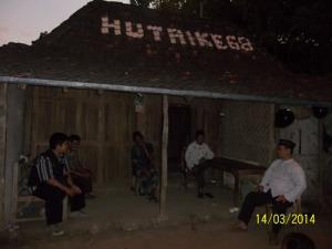 Gb. Mas Yanto ( tengah ) menerima rombongan di rumahnya yang sederhana