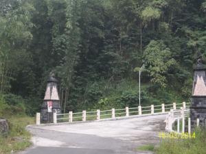 Gb. setelah jembatan ini terdapat jalan yang berbelok dan naik dengan tanjakan yang tajam