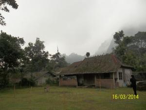 Gb Bukit Turgo yang berkabut dilihat dari lokasi alam Merapi Tour