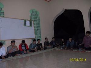 Gb. Sebagaian anggota FKRM Wareng sedang rapat