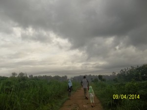 Gb. Jalan-jalan bersama anak-anak di pagi hari