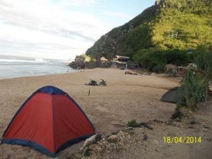 KIta bisa berkemah dengan mnyewa tenda dan tikar di atas pasir putih