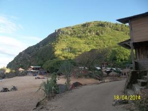Gb. Bukit Yang menjulang tinggi di sebelah Barat pantai