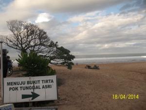 Gb. Pasir putih yang bersih dal luas di pantai sebelah Barat
