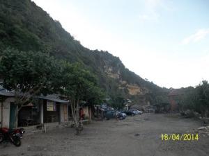 Gb. Warung Makan di pinggir pantai yang siap melayani wisatawan