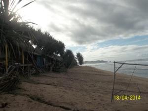 Gb. Pasir putih di bibir pantai