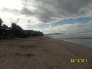 Gb. Pasir putih yang memanjang di pinggir pantai