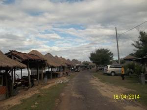 Gb. Bangunan -bangunan yang tersedia di sepanjang pantai untuk istirahat