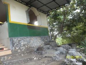 Gb. Taman batu alami di depan masjid sebelah kiri