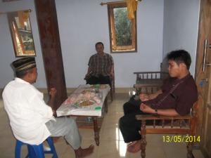 Gb.Ustazd Wanter, bapak Lurah Jepitu dan ustazd Imron Abdul Rosyid berdiskusi tentang masalah dakwah di Jepitu.