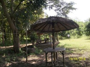 Gb. Tempat-tempat duduk untuk menikmati keindahan telaga