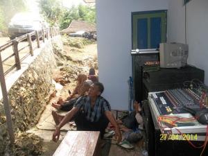 Gb. Petugas sound system yang stand by melayani pengajian