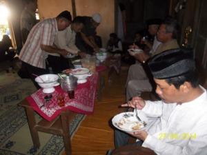 Gb. Rombongan Perisai Tauhid Yogyakarta menikmati makan siang bersama MUSPIKA Girisubo dan tamu undangan